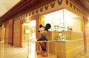 ヒルトン東京ベイ 入口にある大きな木製のミッキーマウスが目印のギフトショップ