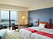 ホテル日航アリビラ 窓からの光もまぶしい部屋
