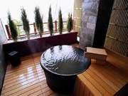 丸駒温泉旅館 陶器でできた丸い浴槽の「丸の湯」